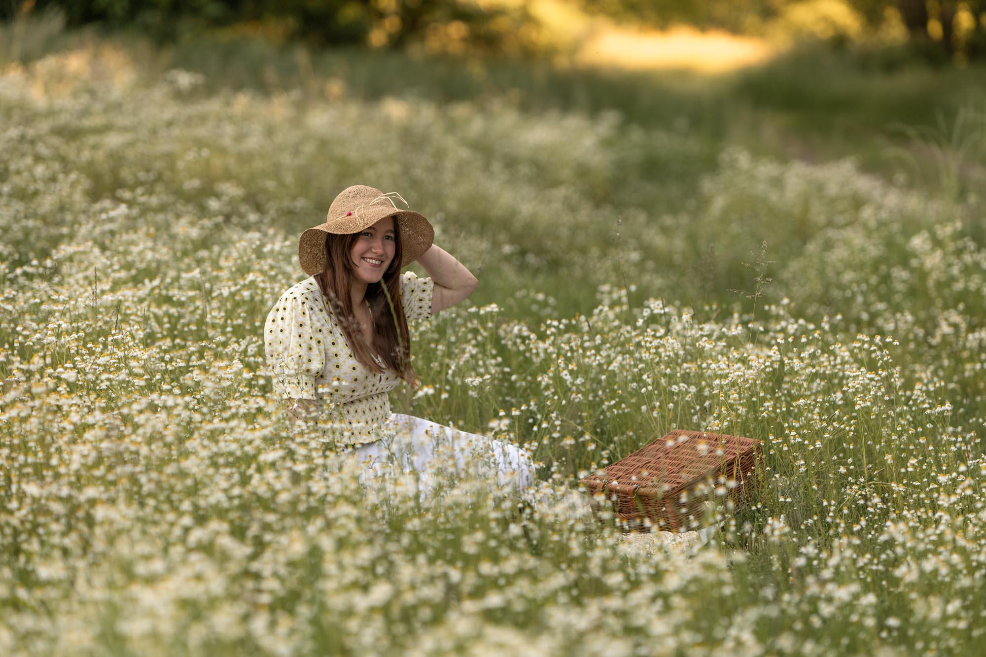 Tiener portret temidden wilde bloemen in gouden uur door Mayra Fotografie