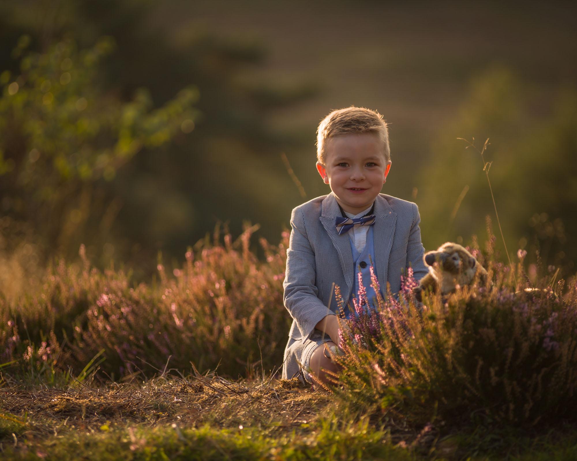 kind portret van jongen op de heide in gouden zonlicht door mayrafotografie