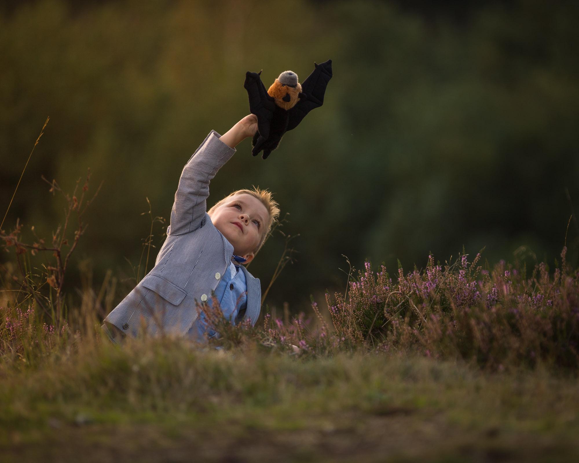 kind portret van spelende jongen op de heide door mayrafotografie