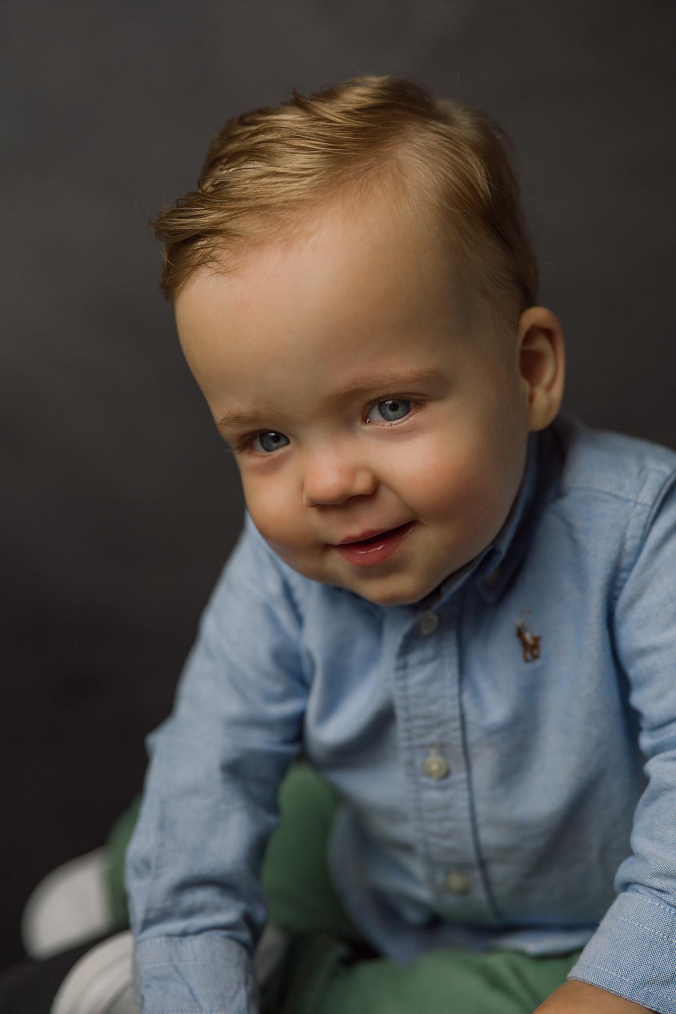 Kinder portret met natuurlijk licht in daglicht fotostudio door Mayra Fotografie