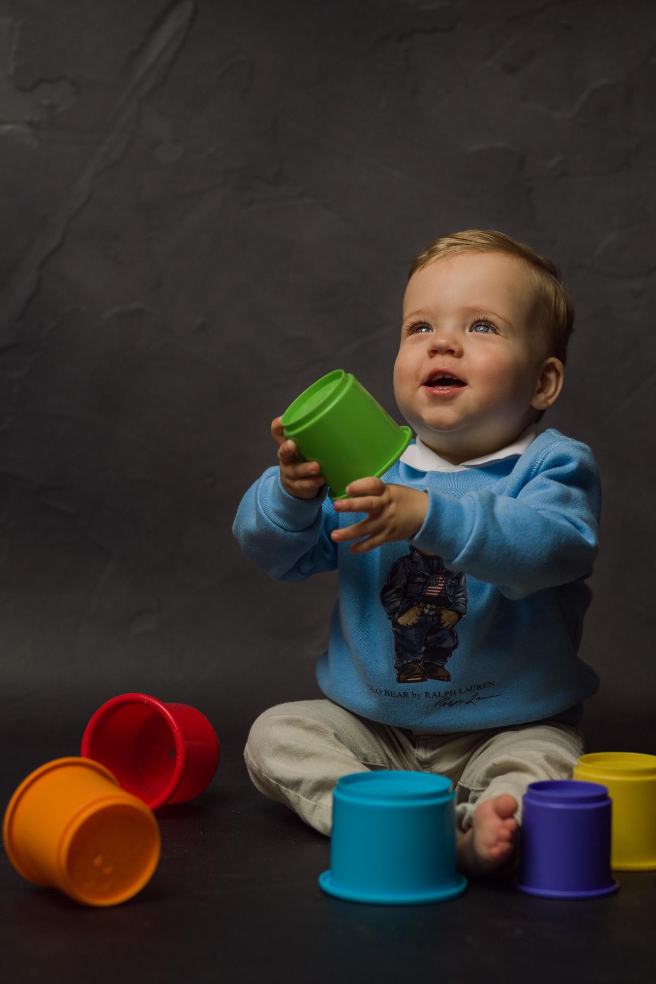 Kinder portret van blond jongetje met blauwe ogen door Mayra Fotografie
