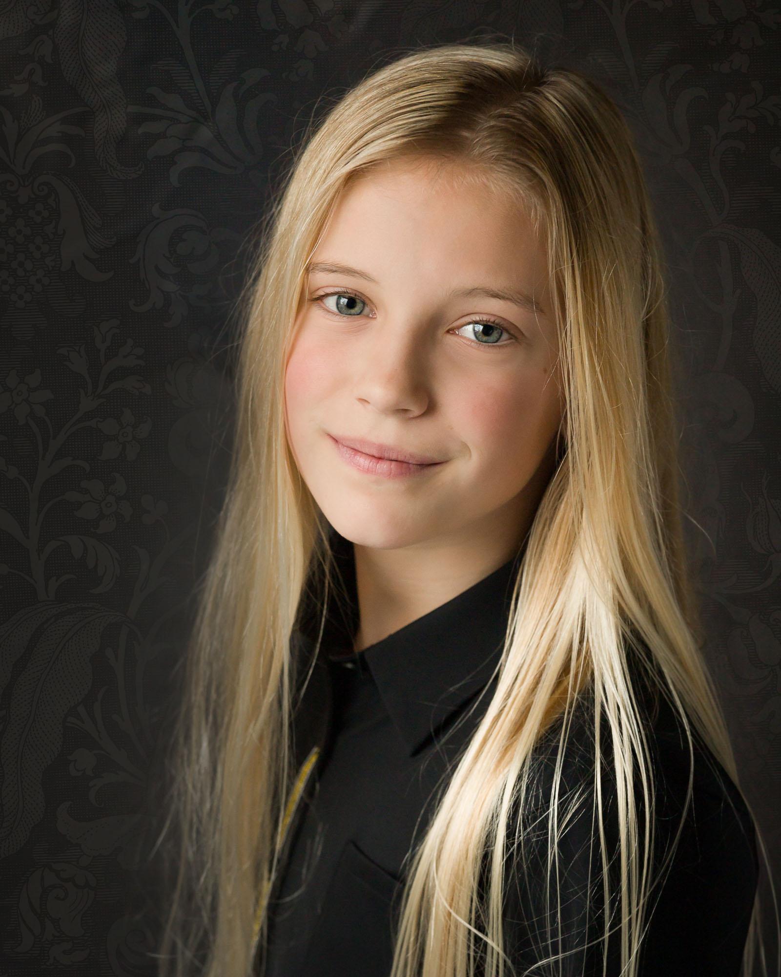 Fineart portret van blond meisje met natuurlijk licht in daglicht fotostudio door Mayra Fotografie