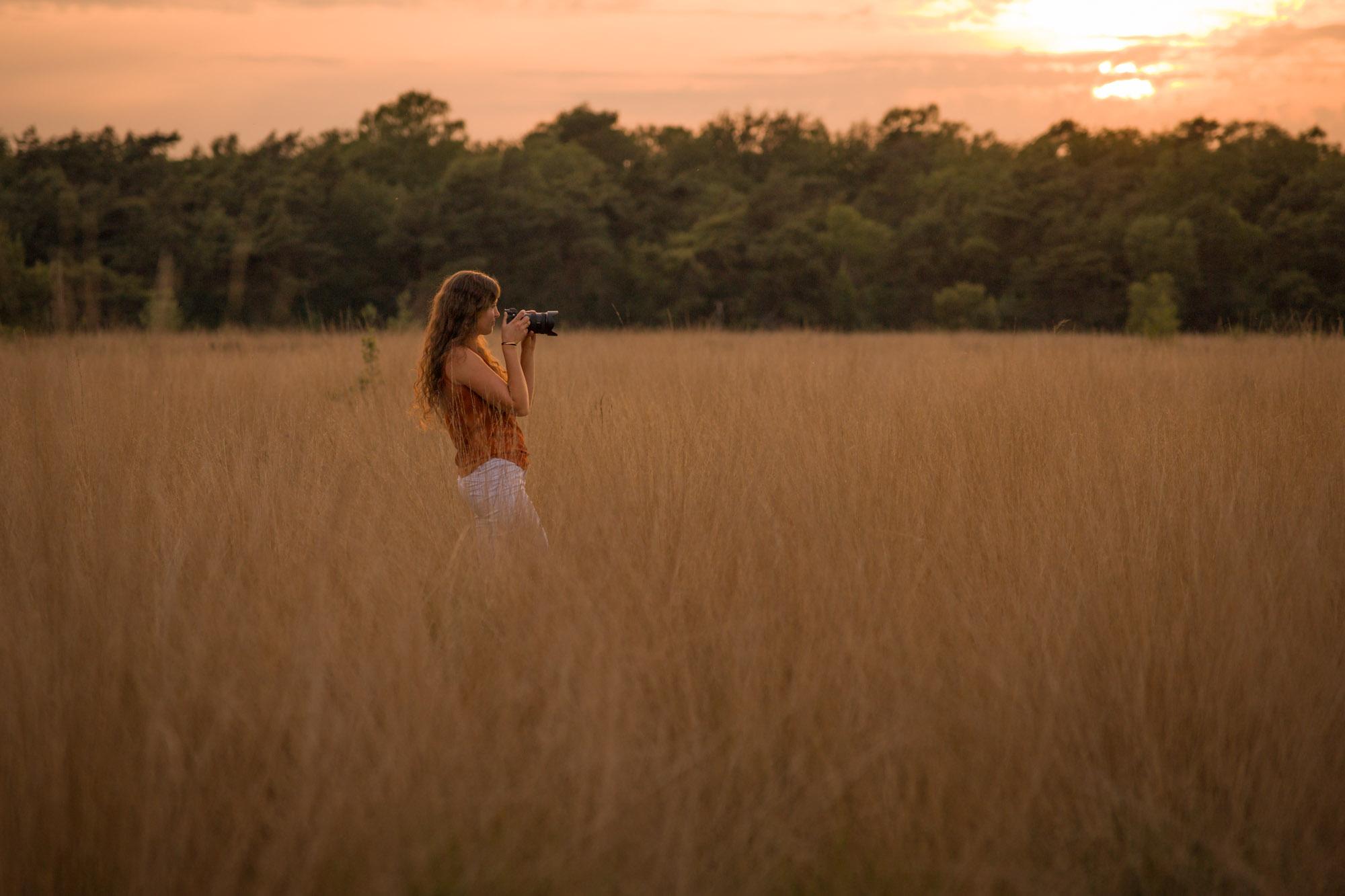 Fotografe tussen hoog gras tijdens gouden uur door Mayra Fotografie