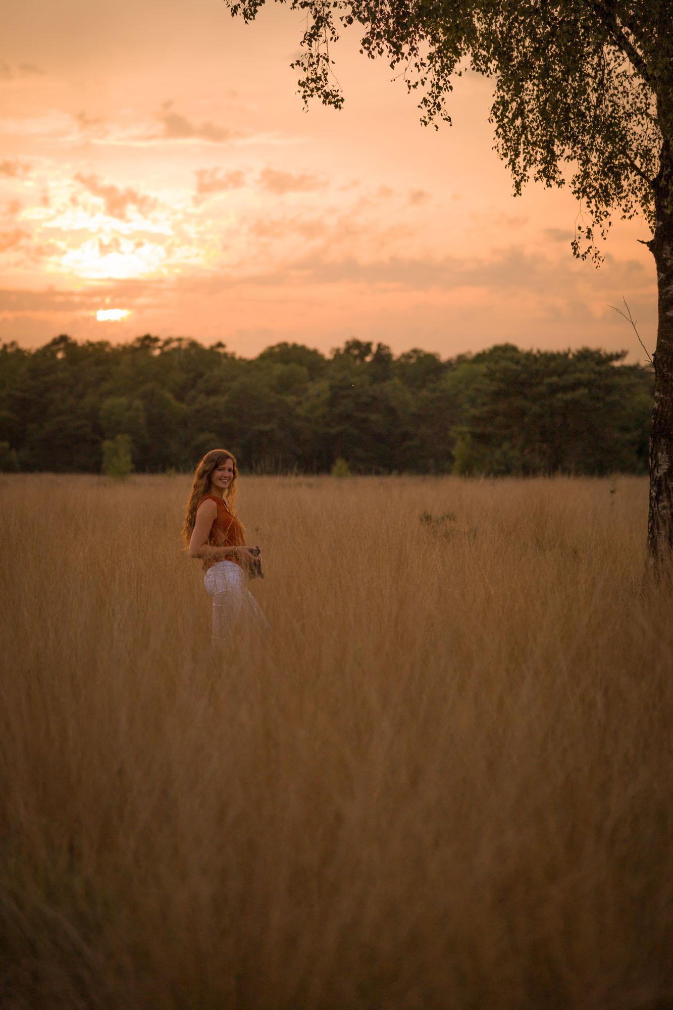 Fotografe tussen hoog gras tijdens gouden uurtje door Mayra Fotografie