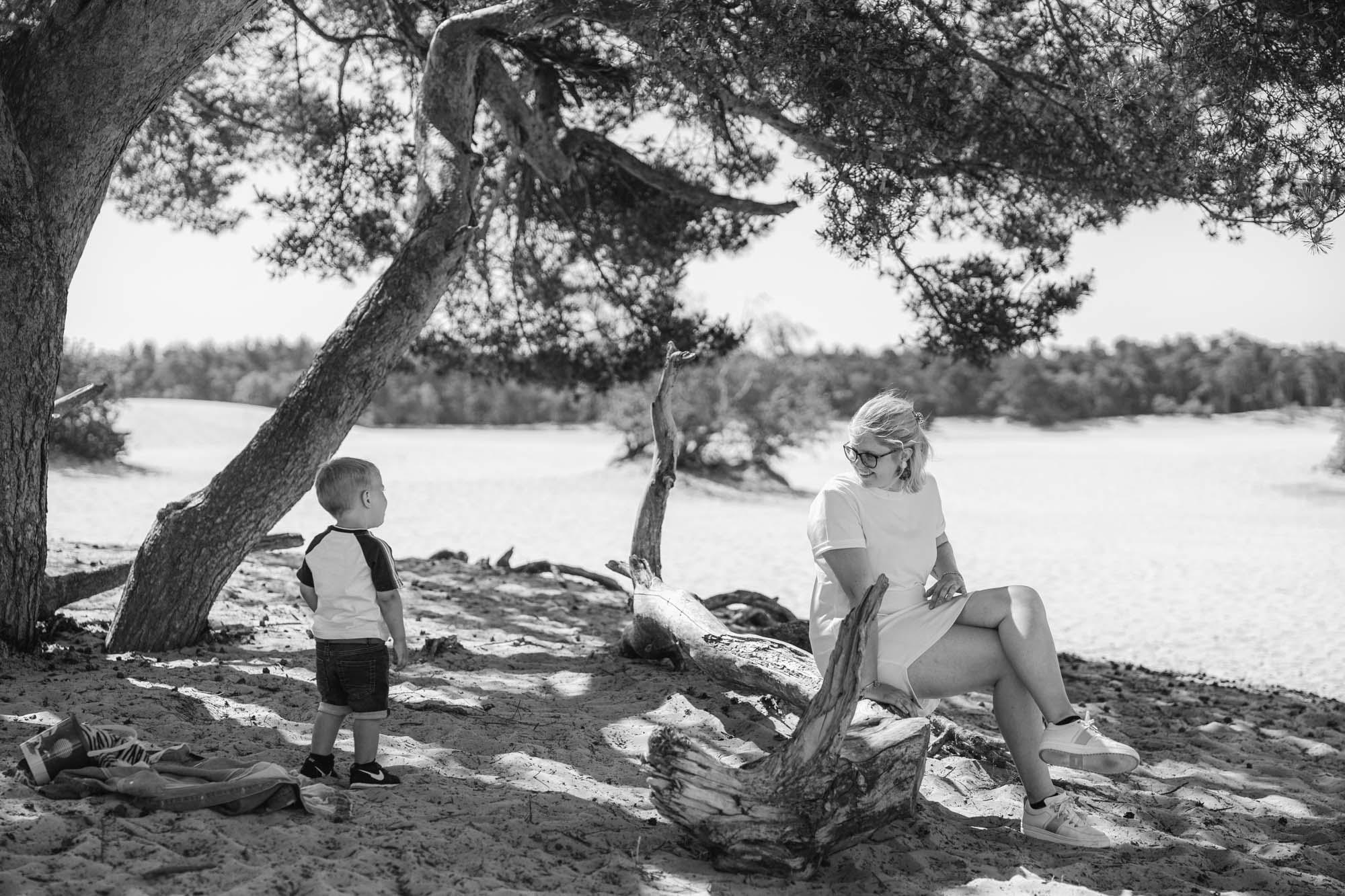 Moeder en zoontje bij soesterduinen tijdens gezinsfotoshoot door MayraFotografie