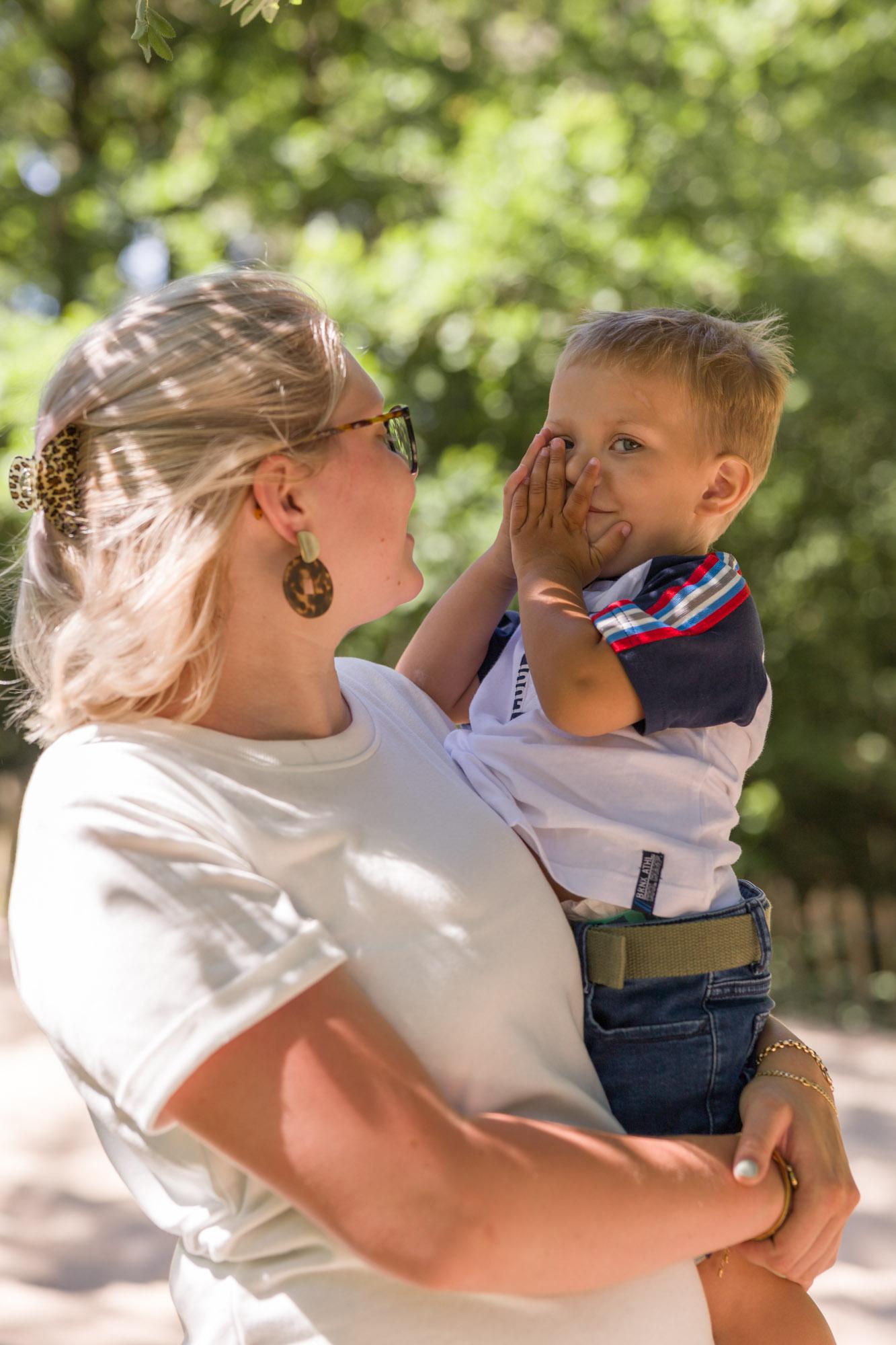 Moeder met zoontje op de arm tijdens gezinsfotoshoot door MayraFotografie