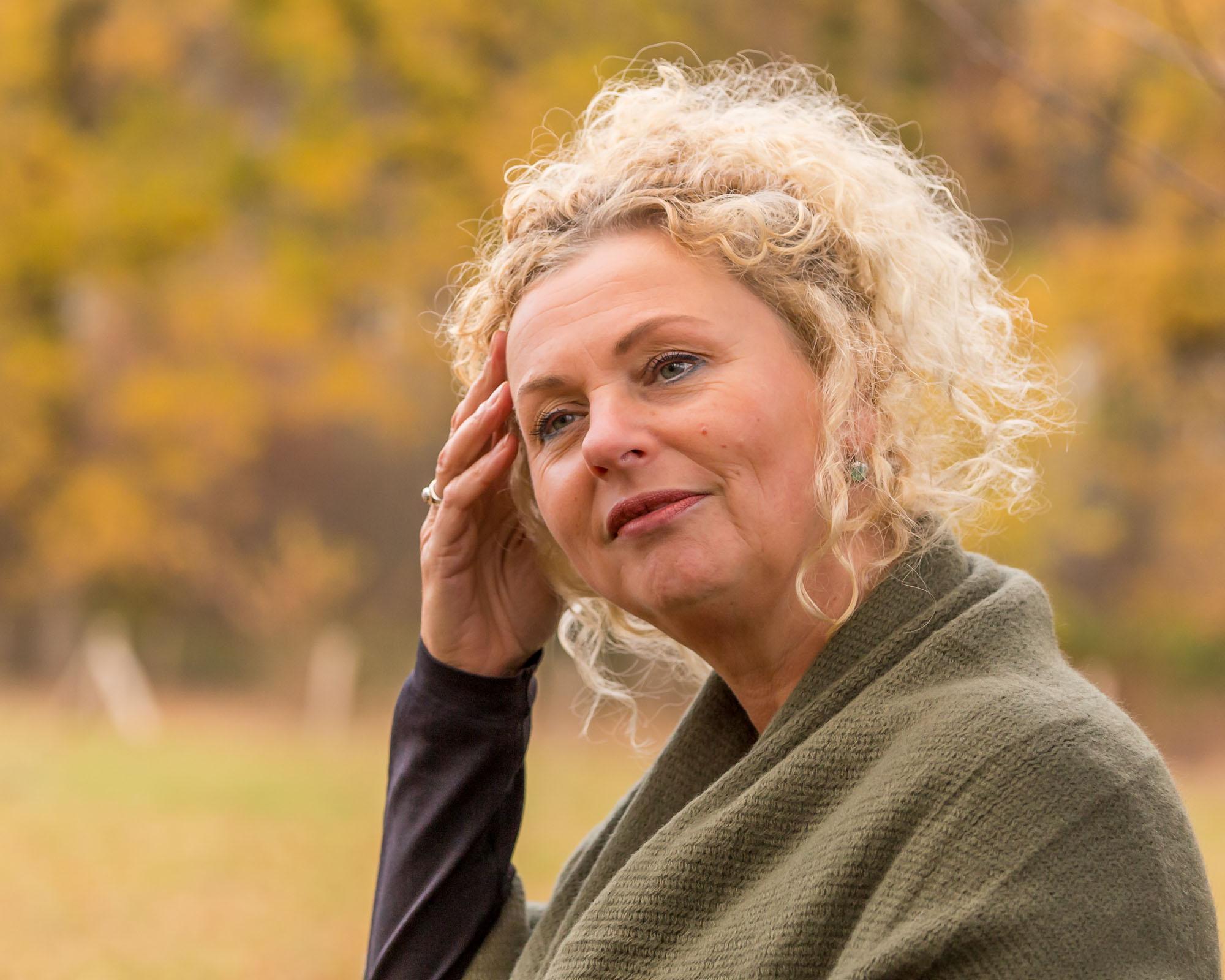 zakelijk herfst portret van onderneemster voor personal branding door mayrafotografie