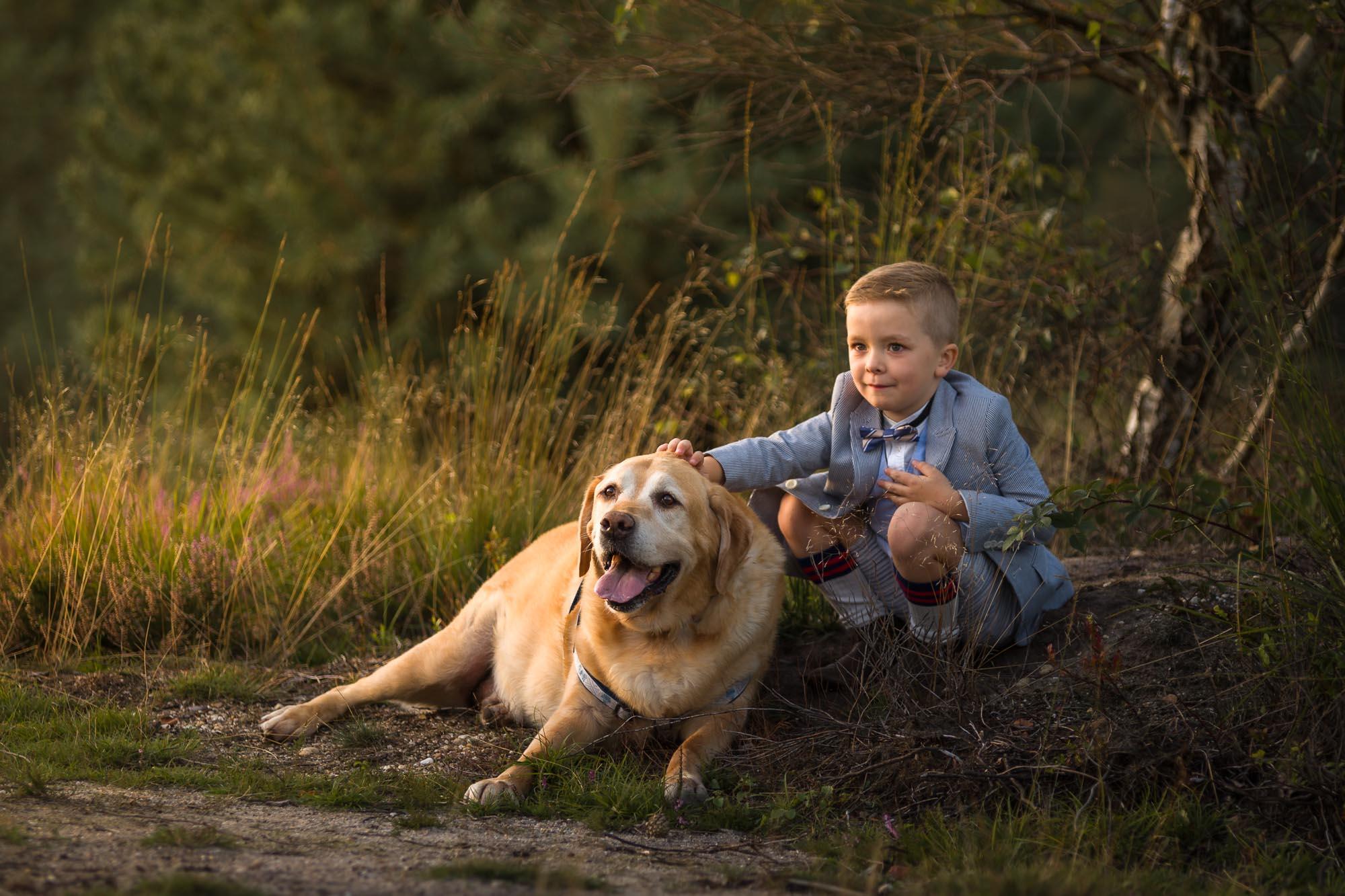 kind portret van jongen met hond op de heide tijdens het gouden uur door Mayra Fotografie