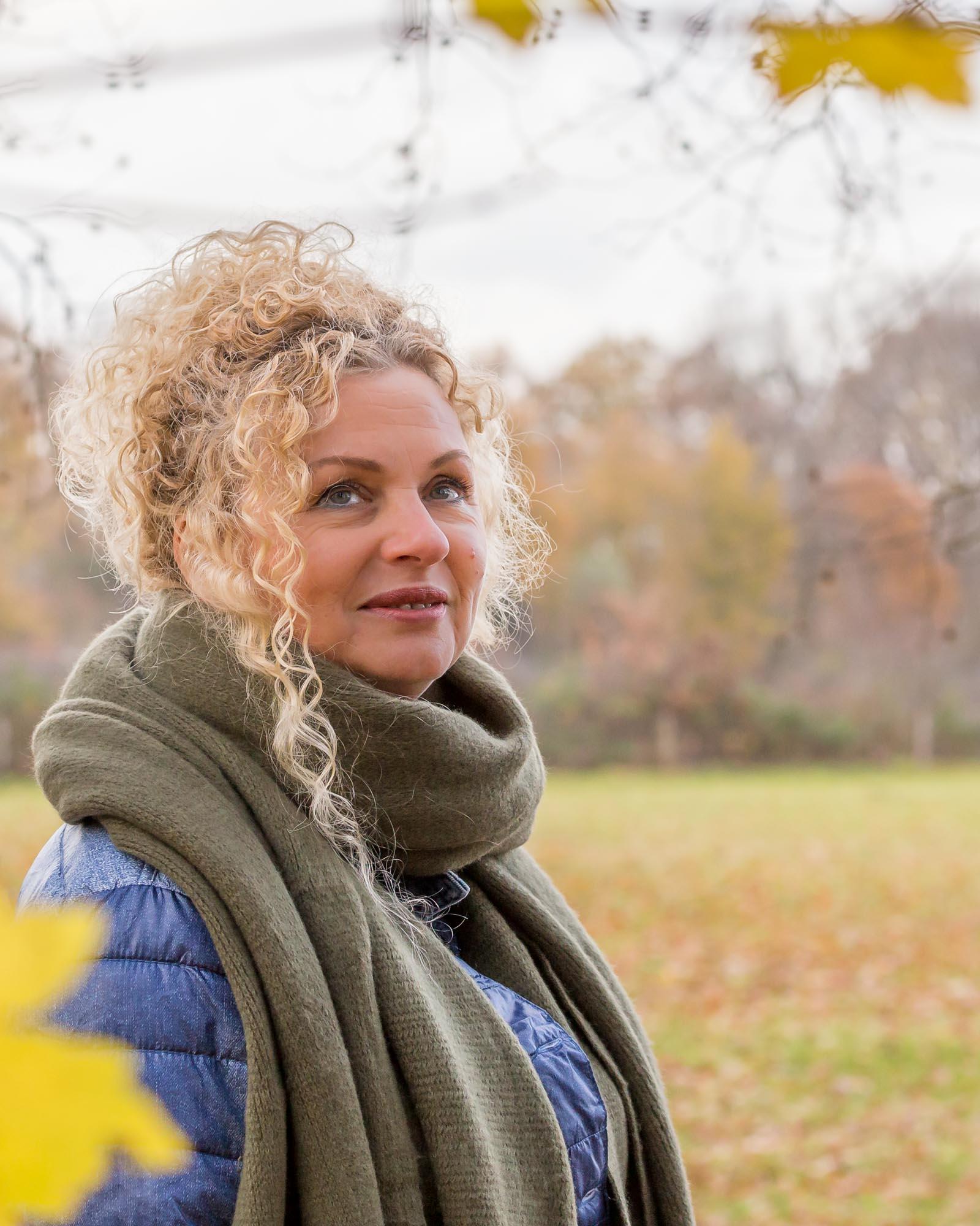 Portret van vrouw met sjaal in de herfst door mayrafotografie