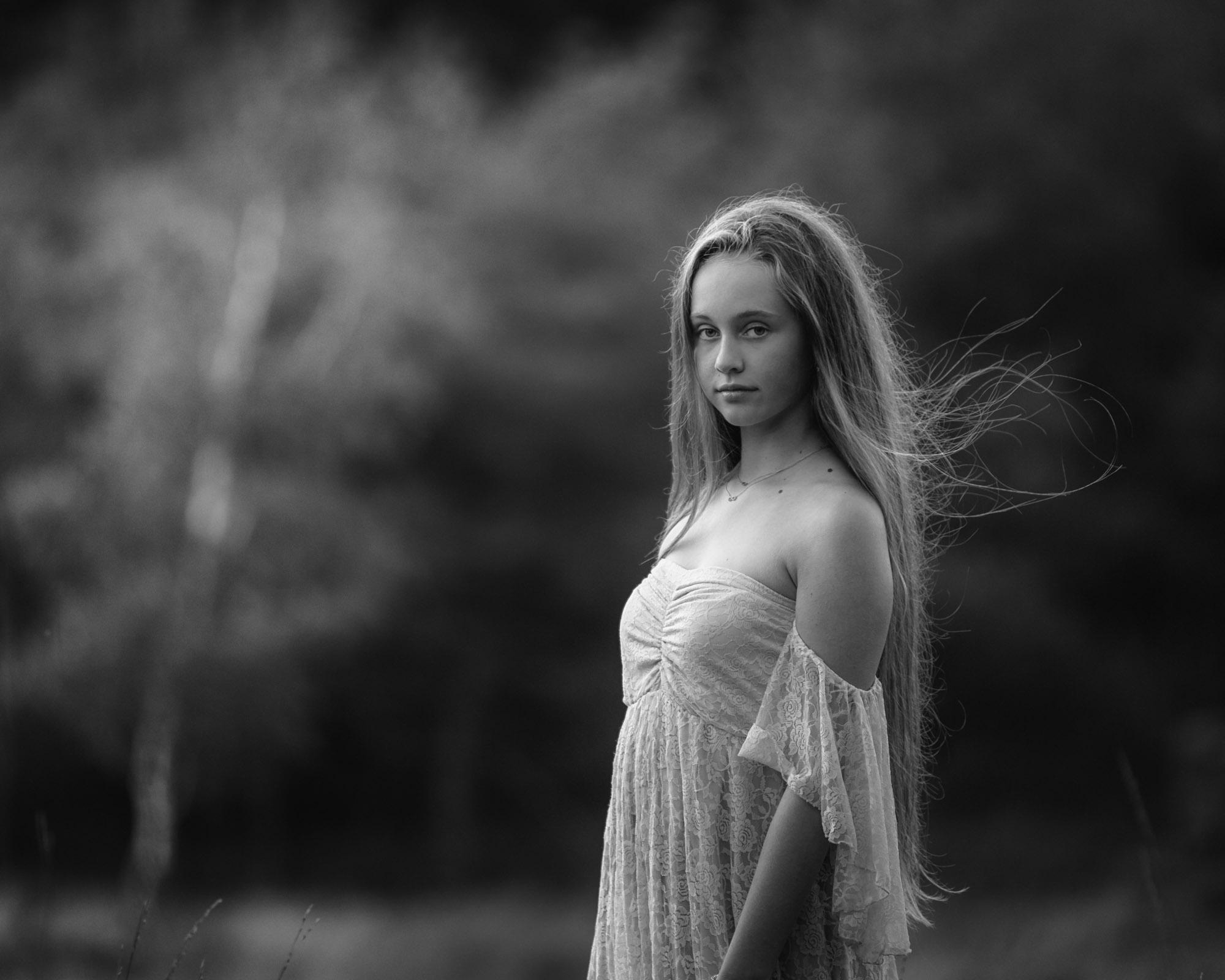 Romantisch zwartwit portret van meisje met lang haar door MayraFotografie