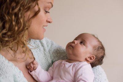 newborn lifestyle foto met liefdevolle blik van baby en moeder door mayrafotografie