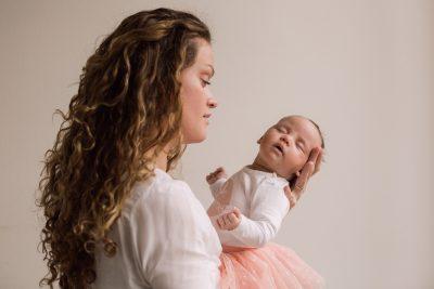 newbornlifestyle foto van moeder en baby door mayrafotografie