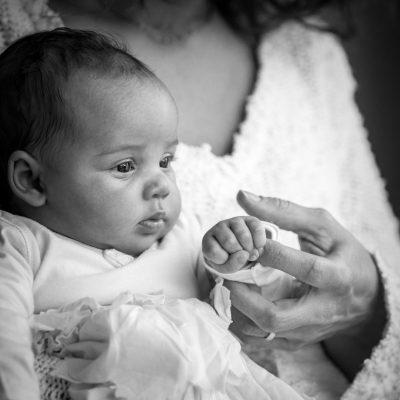 newborn lifestyle foto van baby en moeder hand door mayrafotografie