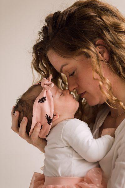 newborn lifestyle foto van moeder die baby knuffelt door mayrafotografie