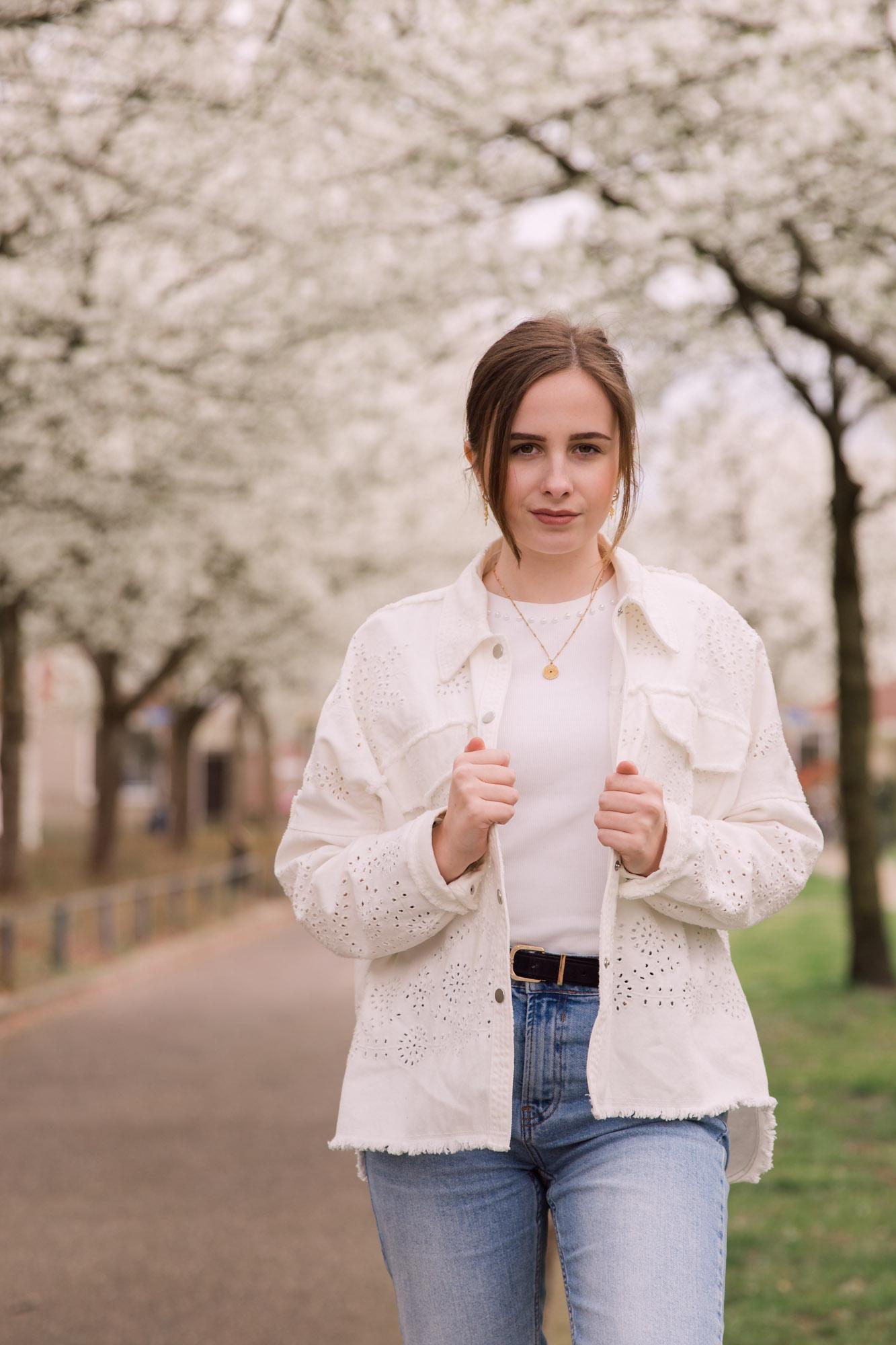 portret van jonge vrouw bij witte bloesembomen door mayrafotografie
