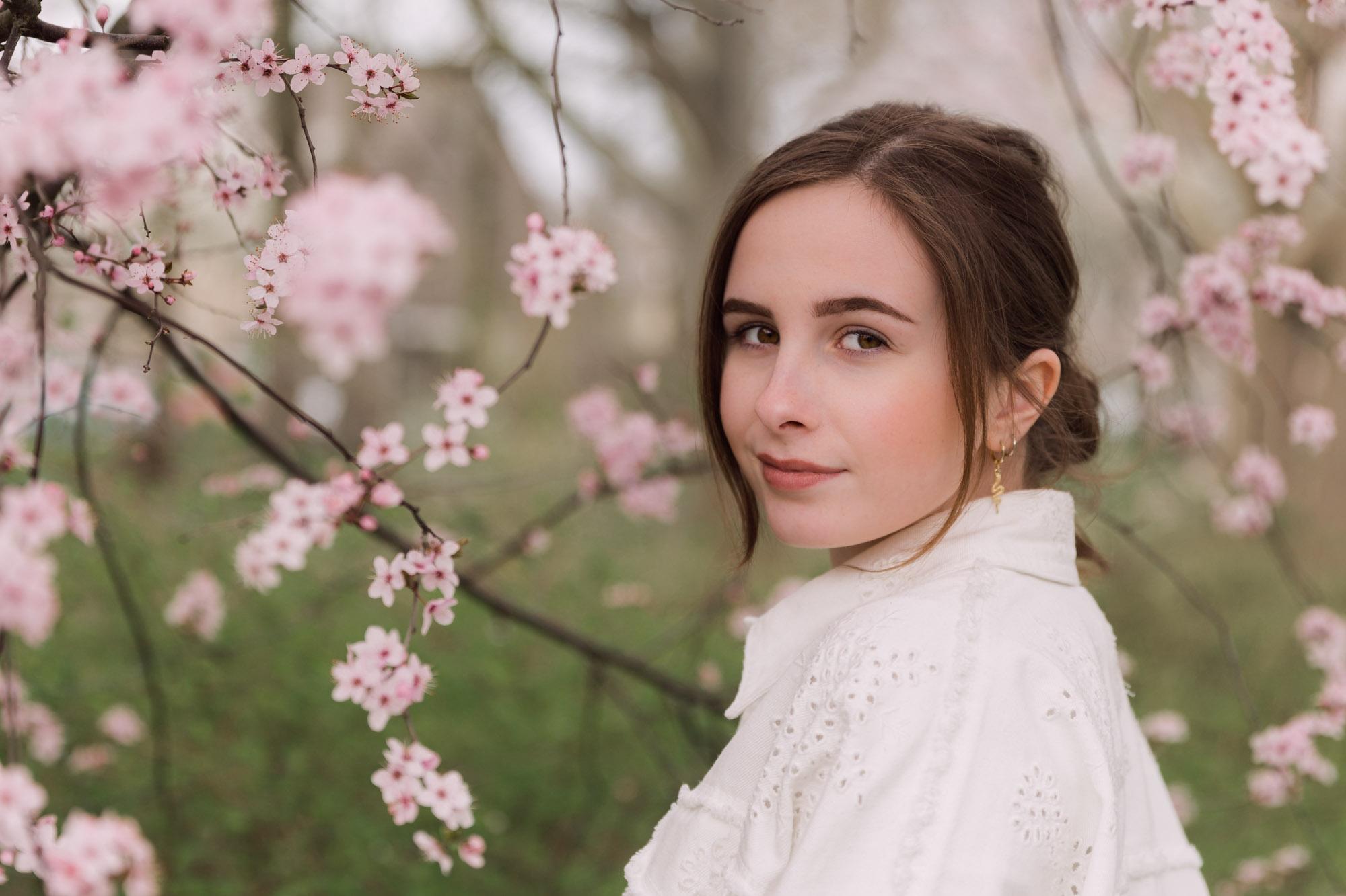 Tiener portretfotograaf in Amersfoort. Tienerportret door Mayra Fotografie. Bloesem portret