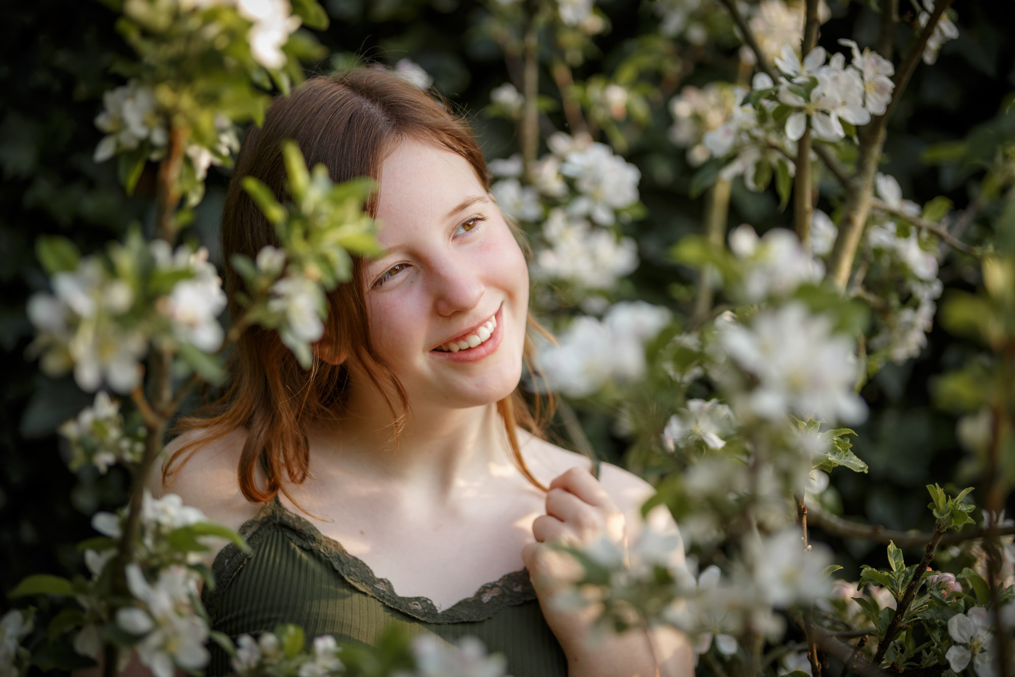 portret van tiener meisje bij witte bloesem takken door mayrafotografie