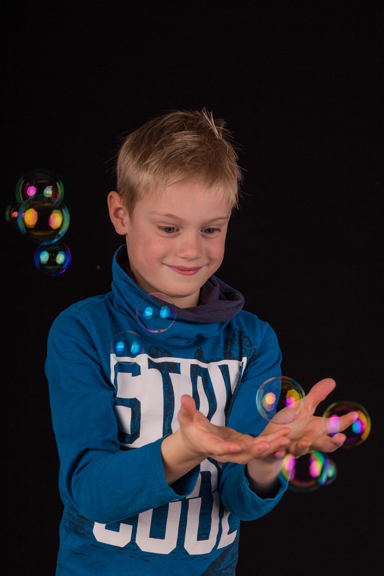 studio foto van blonde jongen met blauw shirt en bellenblaas door mayrafotografie