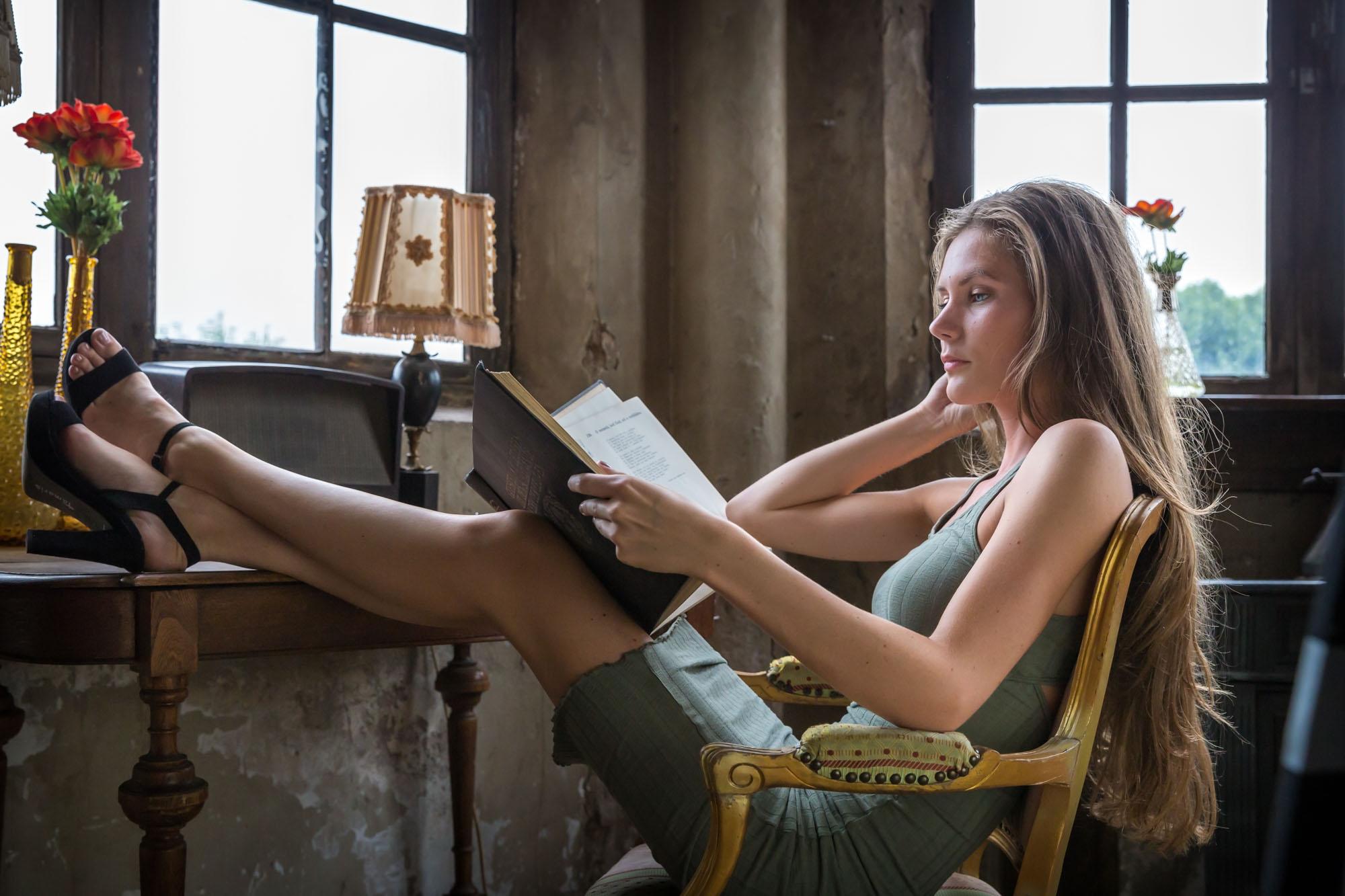 foto van model met lang haar in oude nostalgische sfeer door mayrafotografie