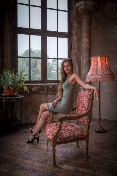 foto van model bij fauteuil in oude nostalgische sfeer door mayrafotografie
