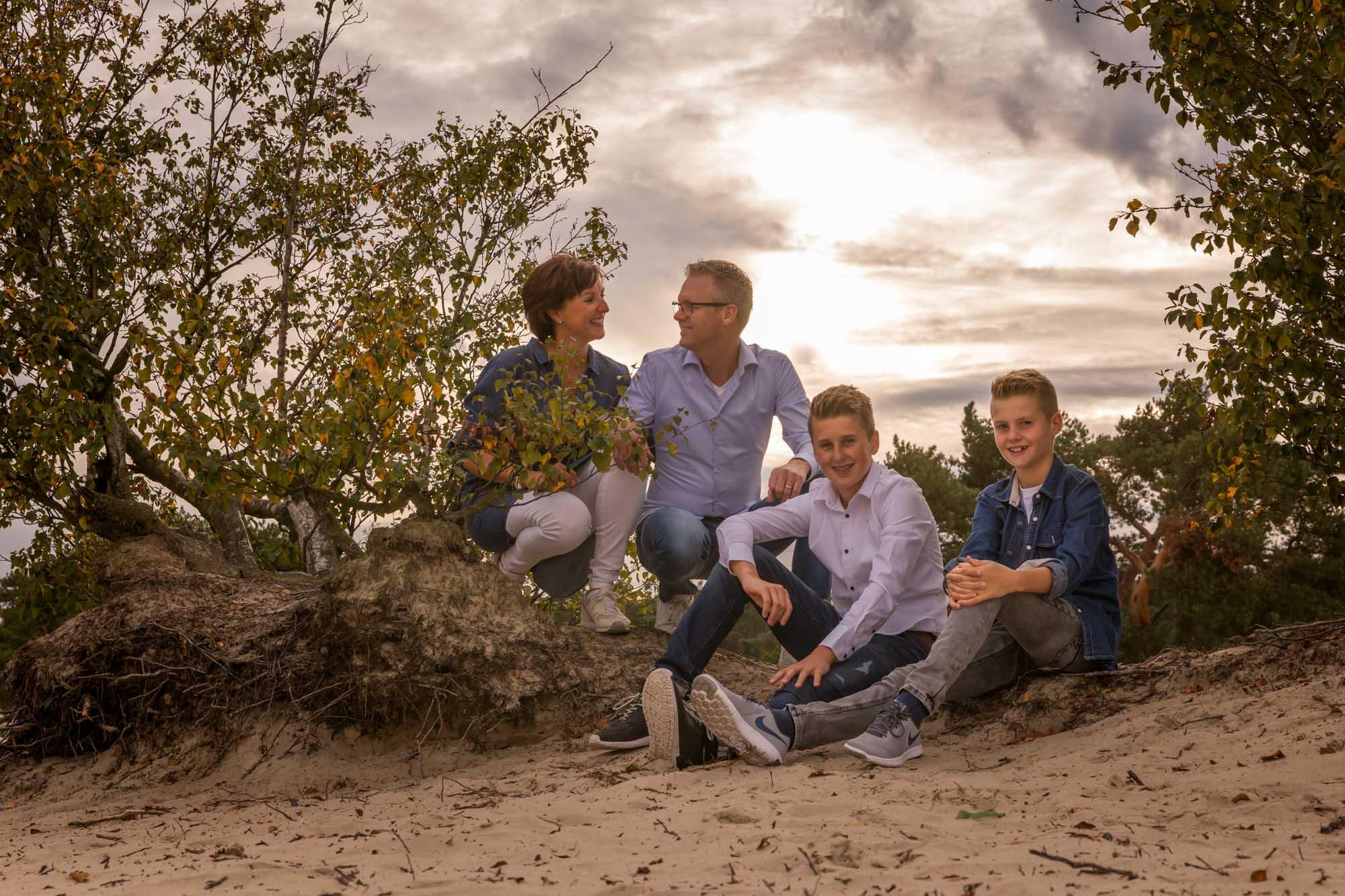 foto van gezin met 2 zonen bij zonsondergang bij de soesterduinen door mayrafotografie