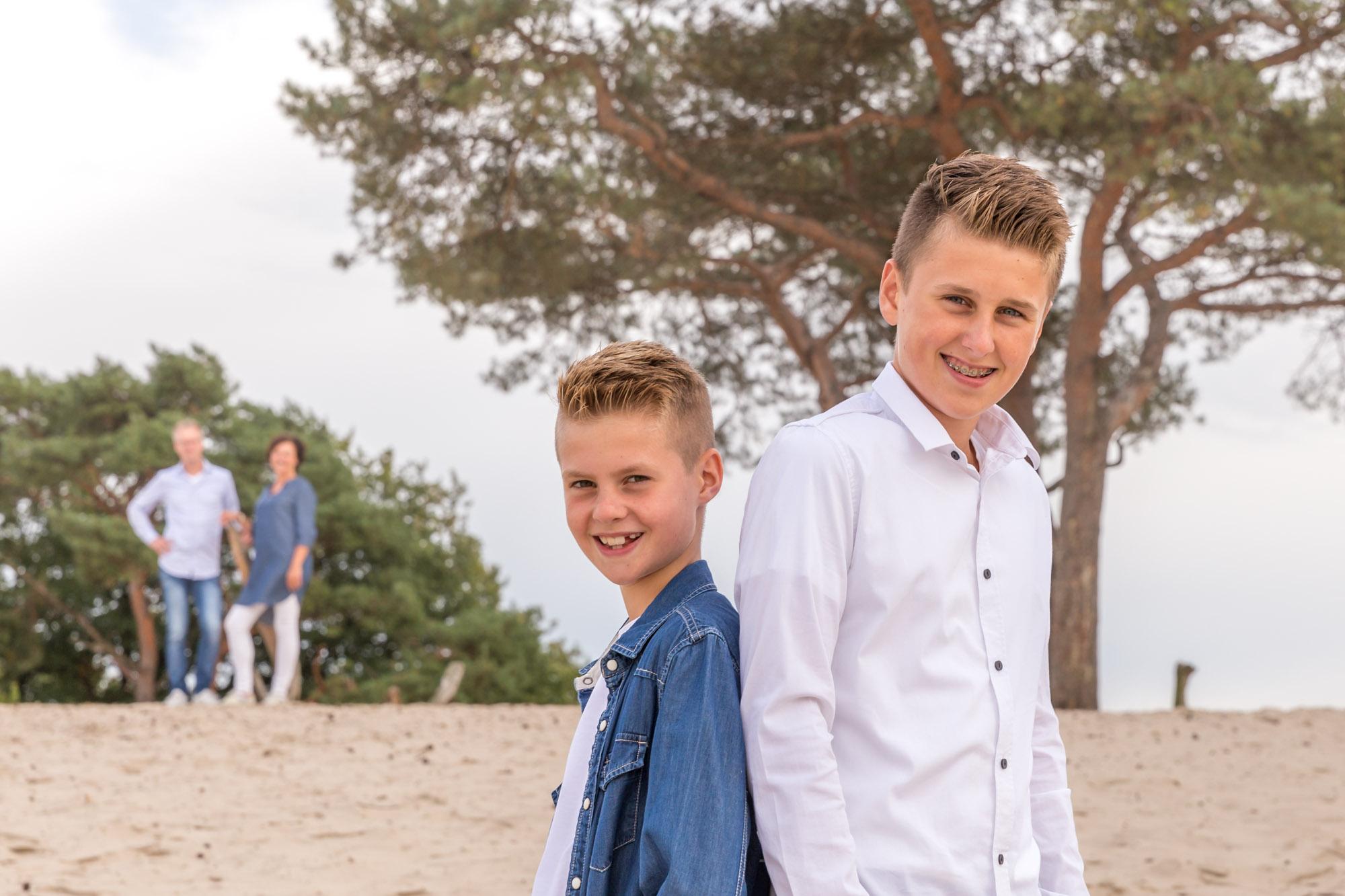 foto van gezin met 2 blonde zonen op zandverstuiving door mayrafotografie