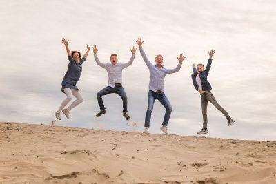 foto van springend gezin op zandheuvel door mayrafotografie