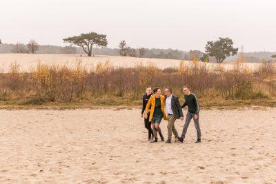 foto van wandelend gezin bij de soesterduinen met herfstkleuren door mayrafotografie