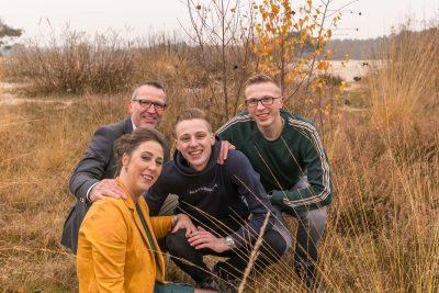 foto van gezin zittend bij de soesterduinen door mayrafotografie