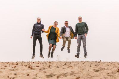 jumpfoto van gezin bij de soesterduinen door mayrafotografie