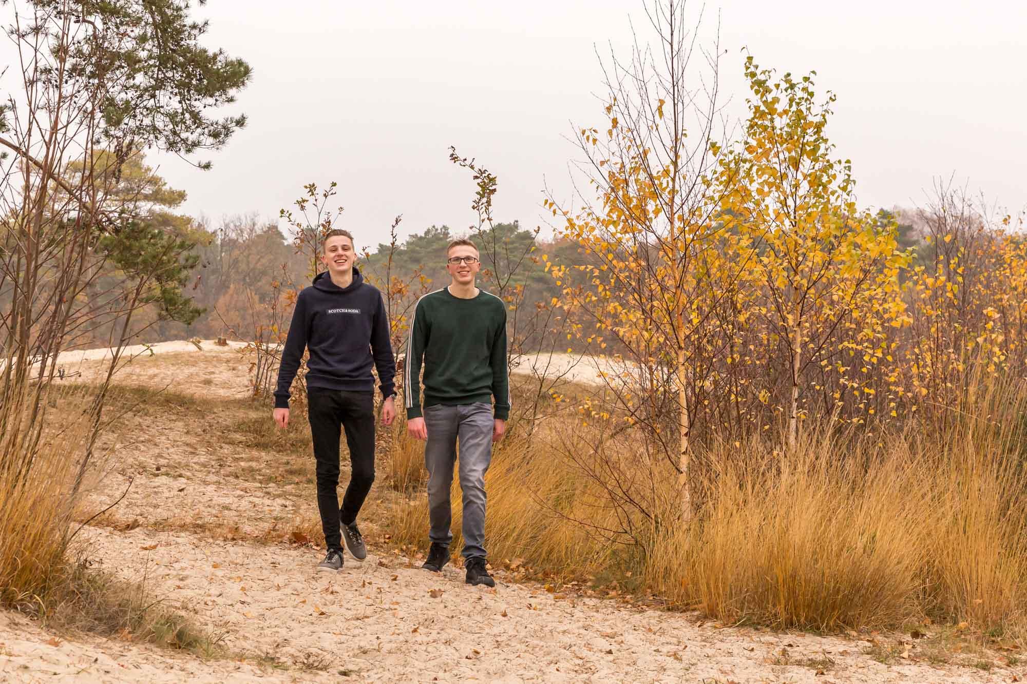 foto van 2 broers bij de soesterduinen met herfstkleuren door mayrafotografie