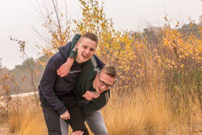 foto van 2 stoeiende broers bij de soesterduinen met herfstkleuren door mayrafotografie