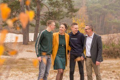 foto van gezin bij de soesterduinen met herfstkleuren door mayrafotografie