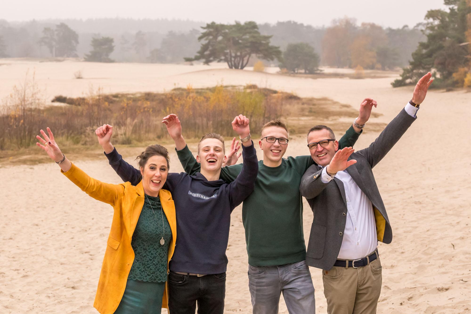 foto van vrolijk gezin bij de soesterduinen door mayrafotografie