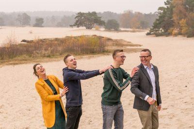 foto van lachend gezin bij de soesterduinen door mayrafotografie