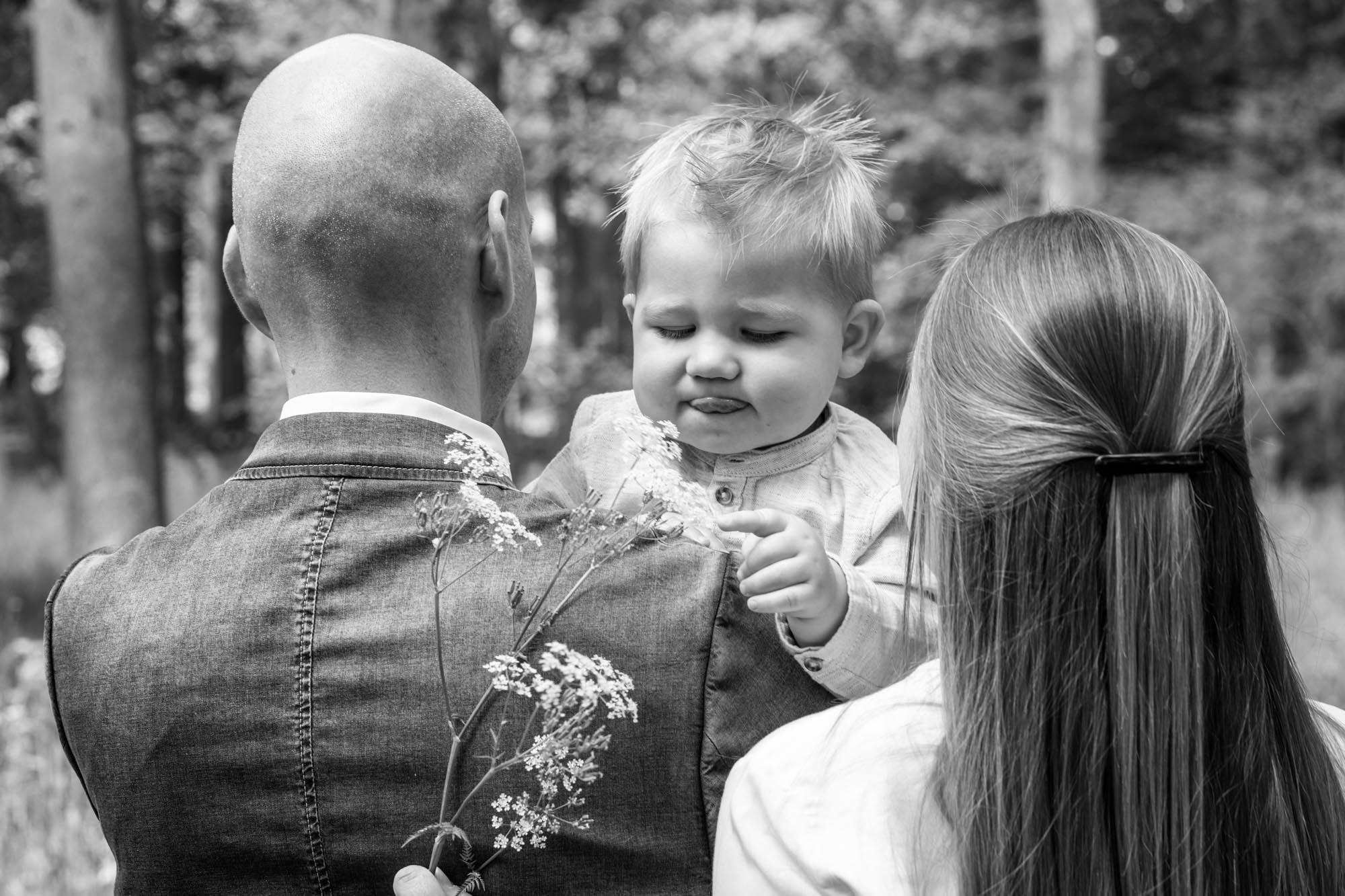 zwartwit foto van ouders met klein jongetje door mayrafotografie