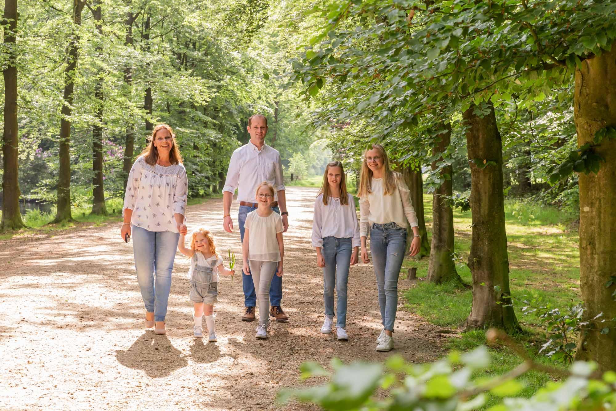 foto van gezin met 4 dochters wandelend in het park door mayrafotografie