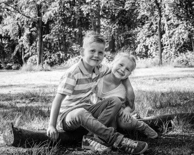 zwart-wit foto van broer en zus met sproeten door mayrafotografie