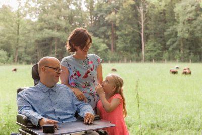 foto van vader in rolstoel en vrouw en dochter door mayrafotografie