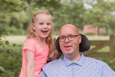 foto van vader in rolstoel en dochter door mayrafotografie