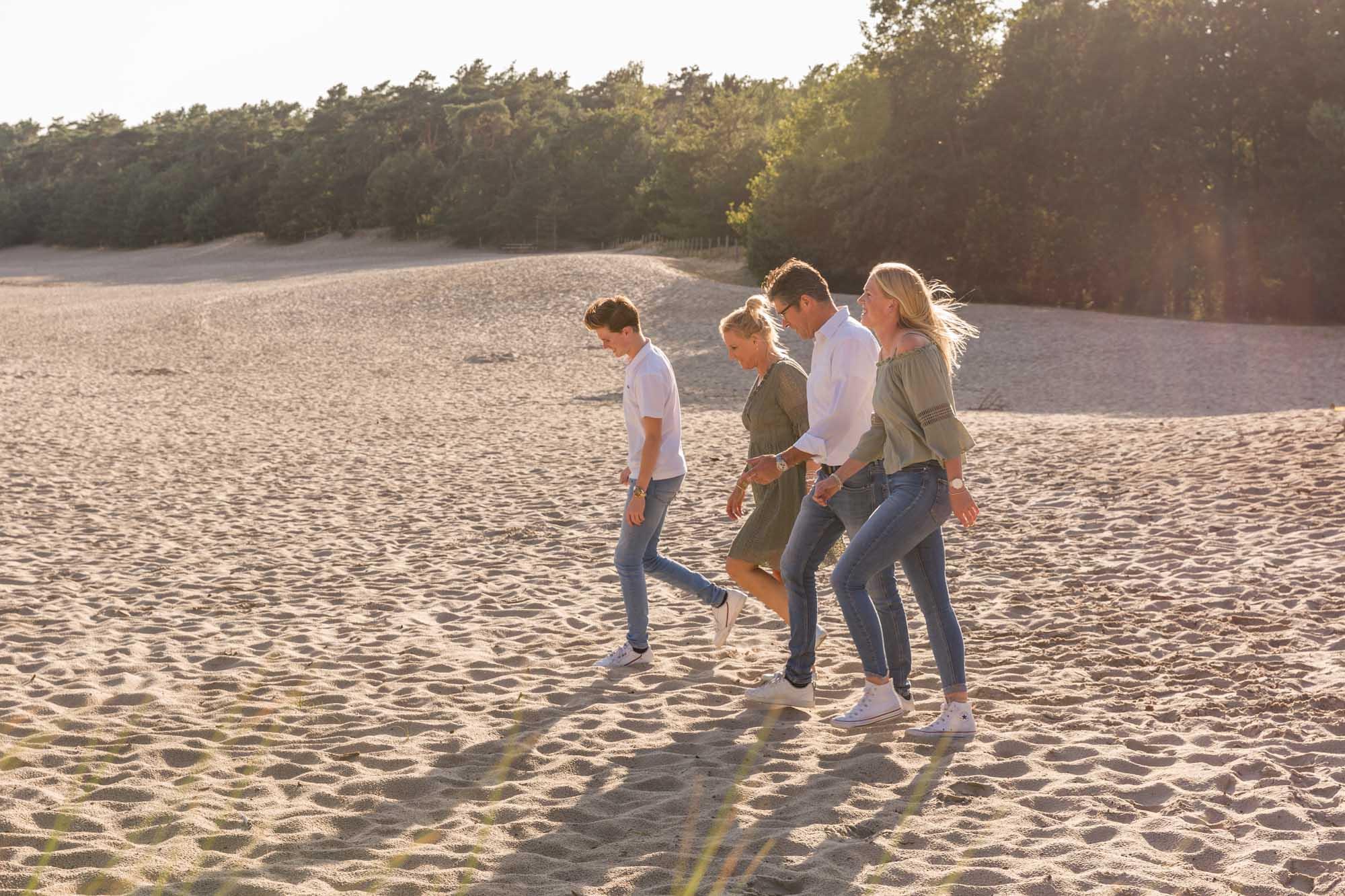 foto van wandelend gezin in gouden uur bij de soesterduinen door mayrafotografie