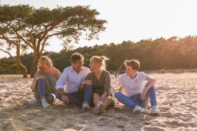 foto van gezin in gouden uur bij de soesterduinen door mayrafotografie