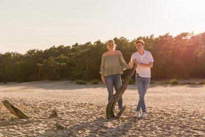 foto van broer en zus in gouden uur bij de soesterduinen door mayrafotografie