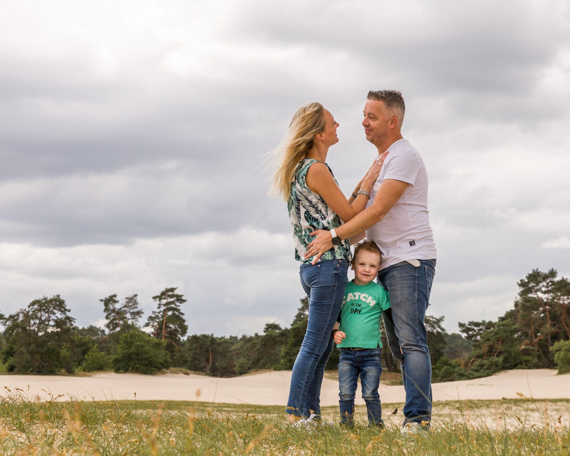 foto van kleuter tussen papa en mama in bij de soesterduinen door mayrafotografie