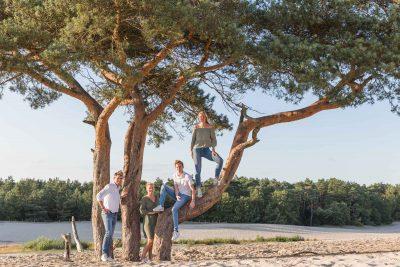 foto van gezin bij klimboom bij de soesterduinen door mayrafotografie