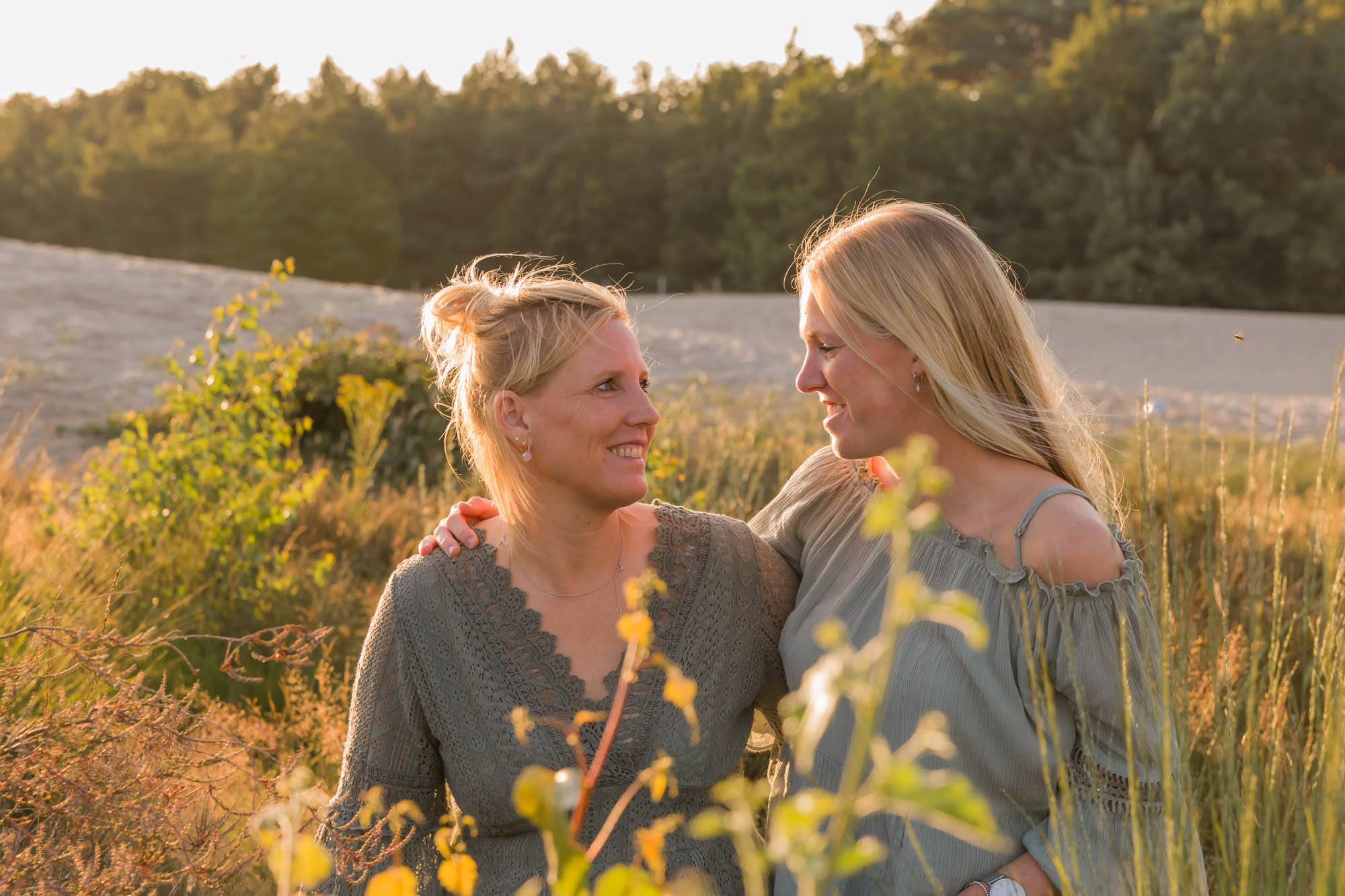 foto van moeder en dochter in gouden uur zonlicht bij de soesterduinen door mayrafotografie