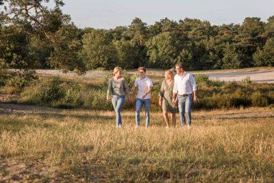 foto van wandelend gezin bij de soesterduinen door mayrafotografie