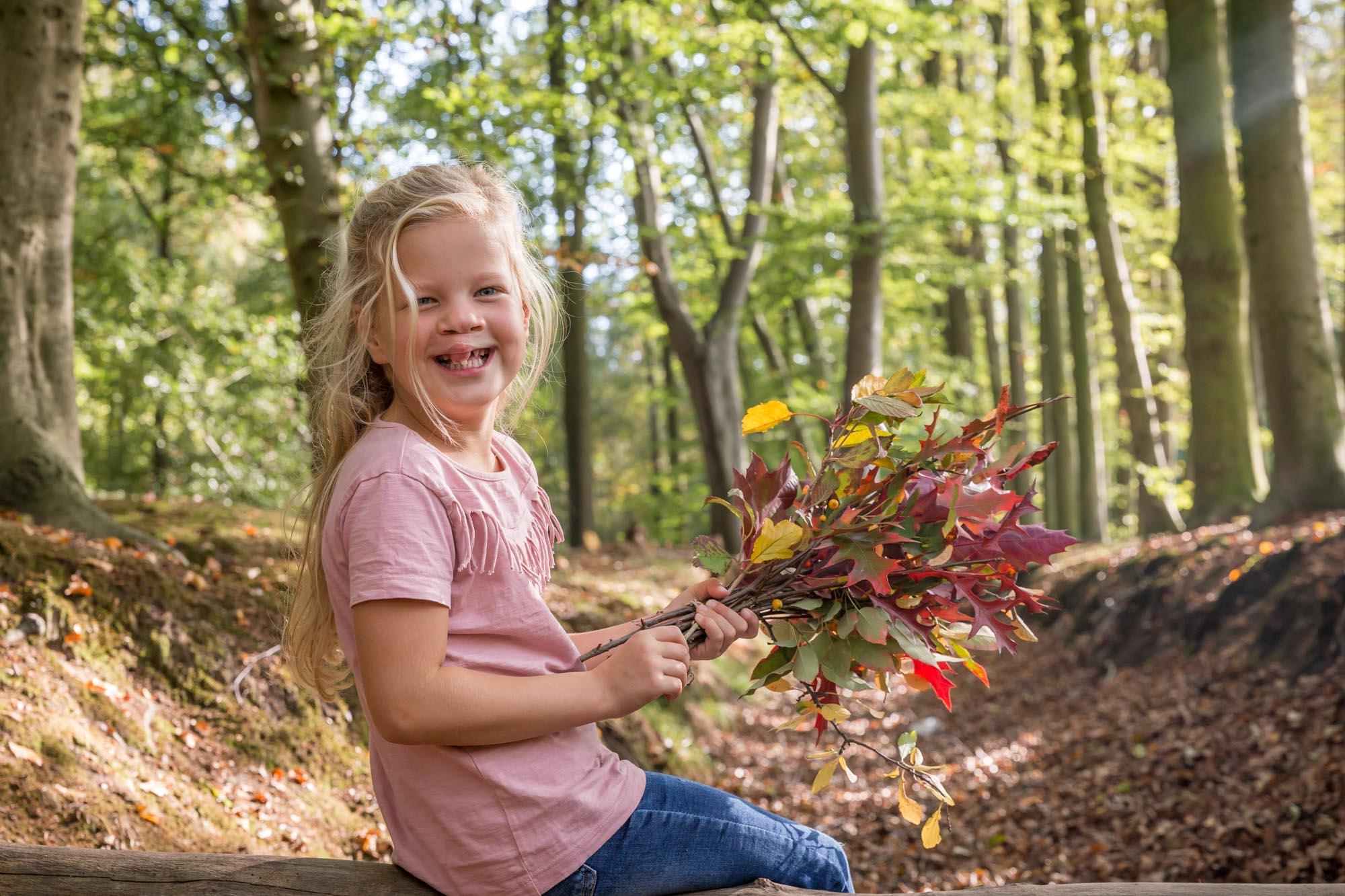 herfst portret van jong blond meisje met schisis hazenlip door mayrafotografie