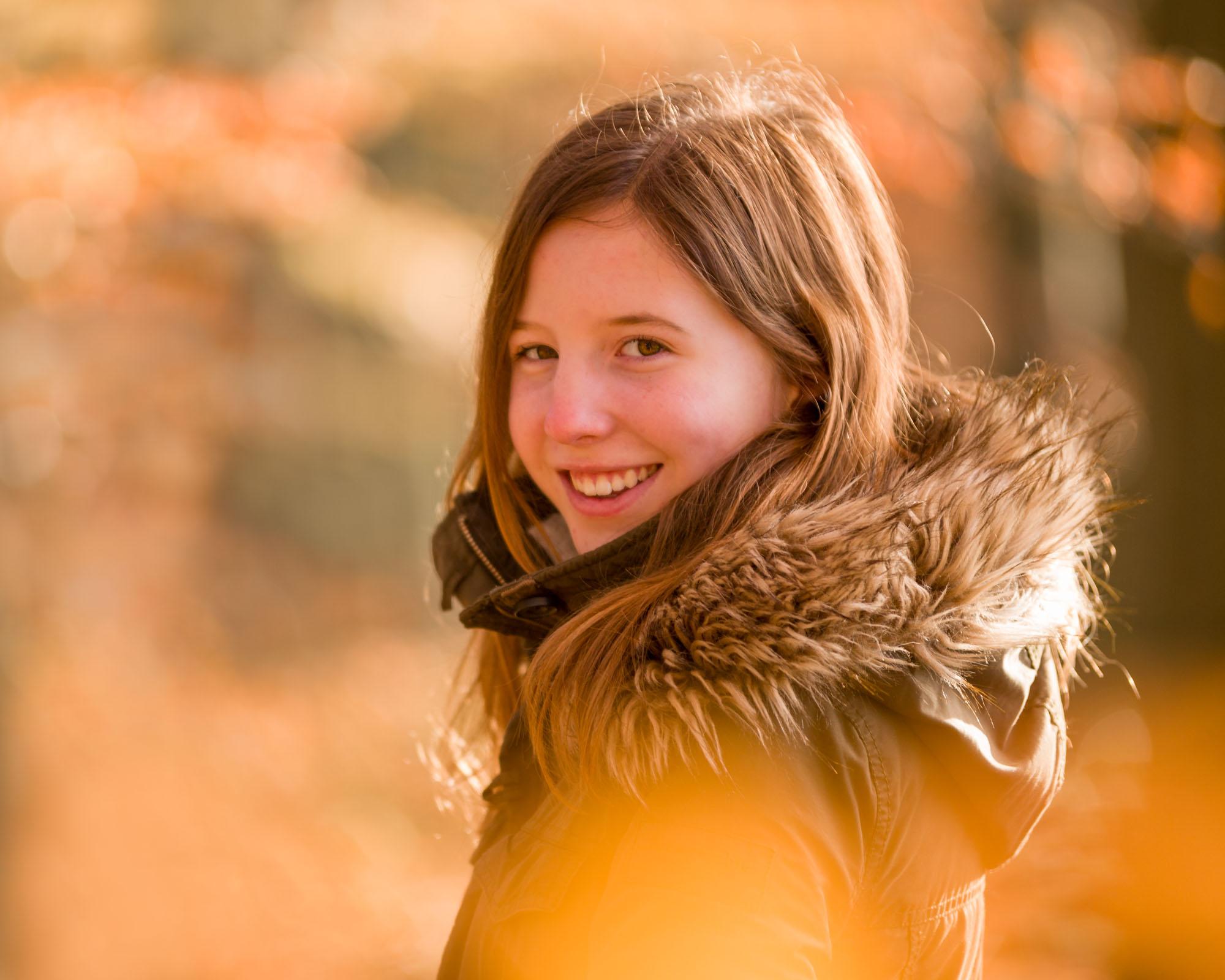 herfst portret van tiener meisje in herfstkleuren bos door MayraFotografie