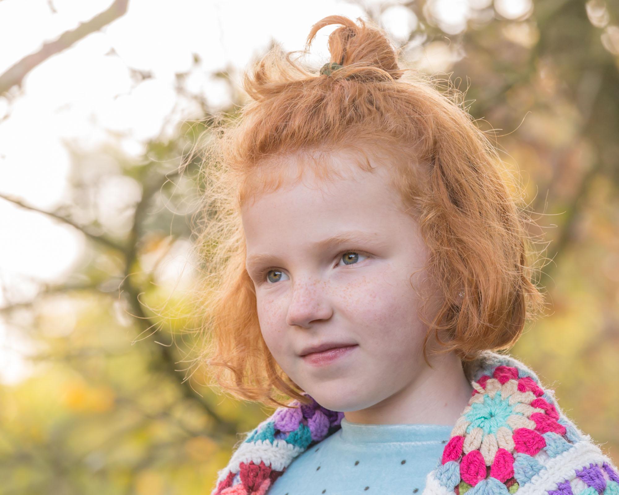 kind portret van meisje met rood haar in de herfst door mayrafotografie